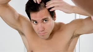 łysienie, wypadające włosy, co nawypadanie włosów, domowe sposoby, przyczyny, leczenie