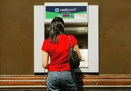 bankomat korzystanie, wypłata zbankomatu, jak korzystać zbankomatu, kradzież zbankomatu, bezpieczeństwo przy bankomacie,płacenie kartą