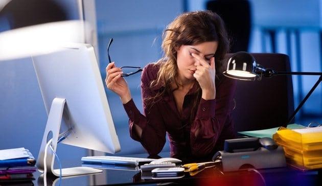 ochrona oczu komputer, suche oczy przy komputerze, jak chronić oczy przedkomputerem, praca przedkomputerem oczy, oczy ikomputer domowe kuracje, zmęczone oczy odkomputera