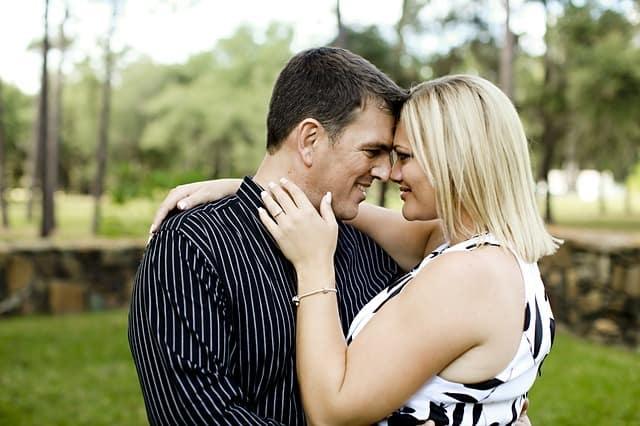 szczęśliwa kobieta, kobieta szczęśliwa, uszczęśliwianie kobiet, sposoby nauszczęśliwienie kobiet, szczęśliwy związek, pomaganie partnerce