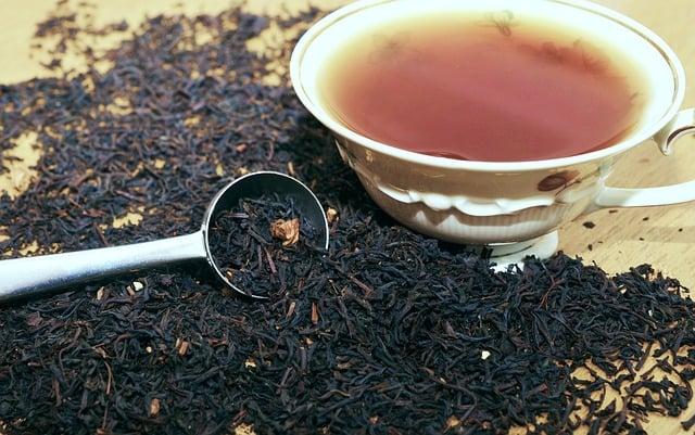 herbata zastosowanie, herbata jako nawóz dla roślin, herbata farbowanie włosów, herbata farbowanie, herbata fusy, herbata napar, czyszczenie herbatą, czyszczenie mebli herbatą, barwienie herbatą