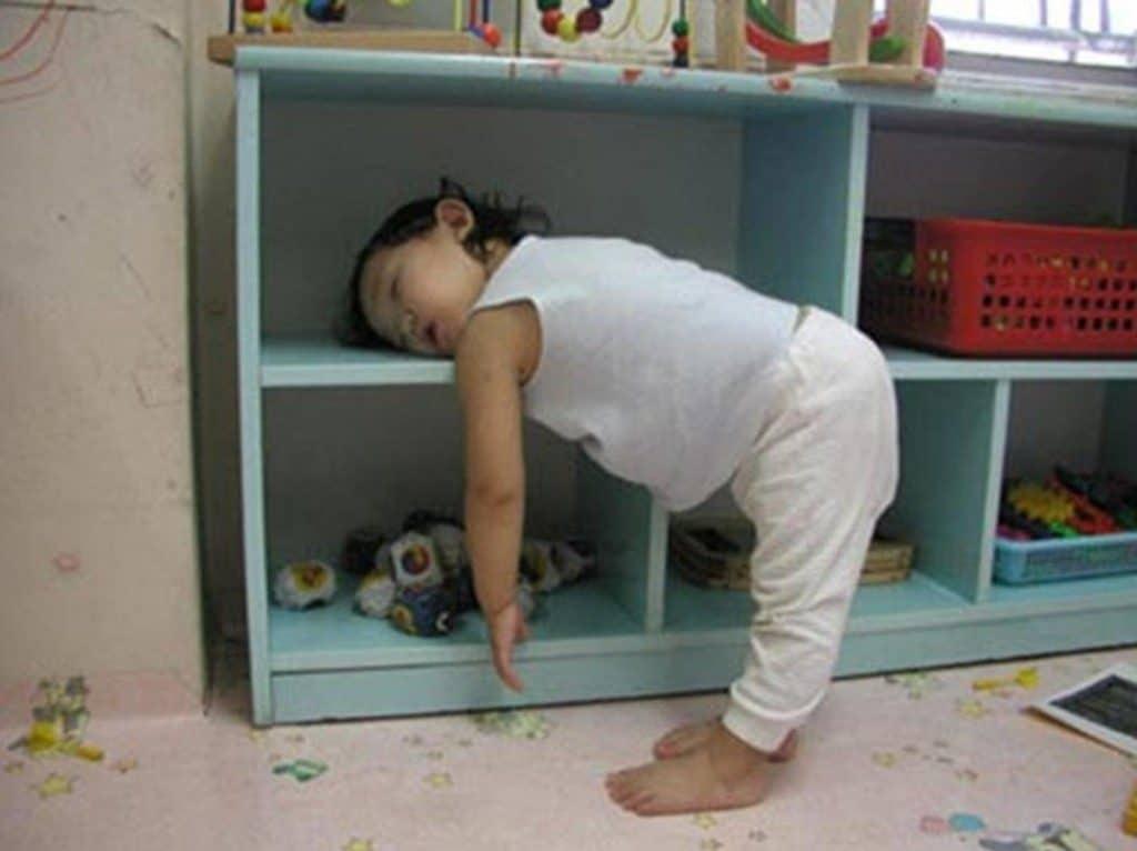chce się spać wpracy, senność wciągu dnia, zmęczenie wciągu dnia, ziewanie rozbudza, żucie gumy naprzebudzenie, rozbudzające kolory, czerwień rozbudza