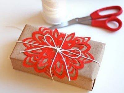 jak zapakować prezenty, oryginalne pakowanie prezentów, pakowanie prezentów szarym papierem, śnieżynki naprezentach, pakowanie prezentów wgazetę, ozdabianie prezentów kolorową włóczką, pakownie prezentów naBoże Narodzenie