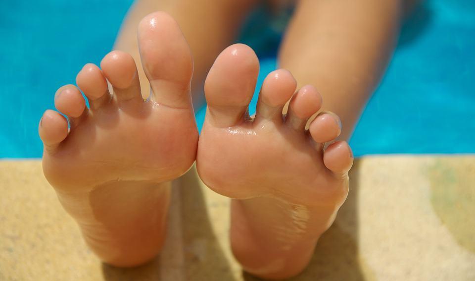jak dbać ostopy, popękana skóra nastopach, peeling stóp, zadbane stopy, pielęgnacja stóp, kąpiele stóp, krem dostóp,