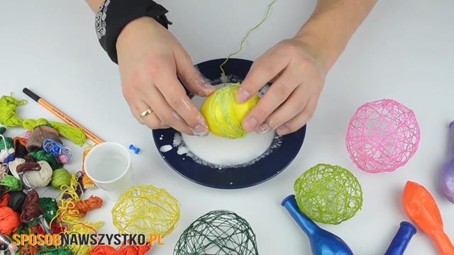 wielkanoc owijanie balonu, jak zrobić jajko zmuliny,dekoracja nawielkanoc, jajka zmuliny, jajka zmuliny ikleju, bombki zmuliny ikrochmalu, jajka zmuliny, dekoracje wielkanocne
