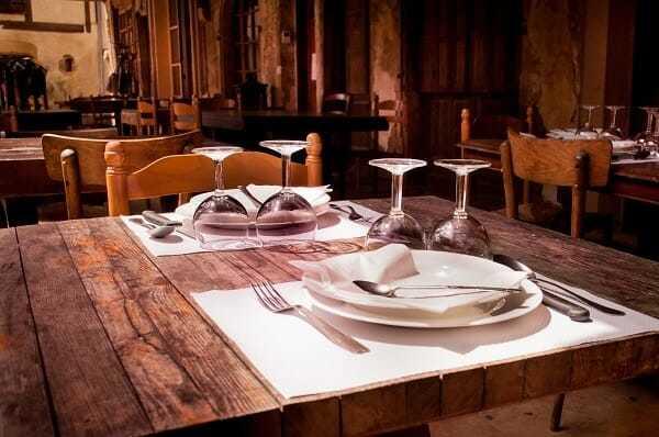 sadzanie przy stole, savoir vivre przy stole, usadzanie gości przy stole, usadzanie gości, rozmieszczenie przy stole, dobre wychowanie przy stole