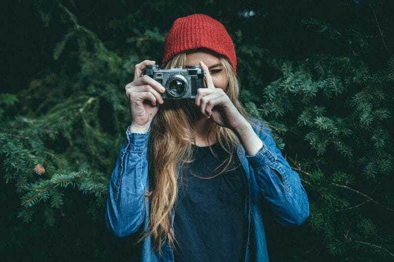 jak dobrze wyjść nazdjęciu, jak się ubrać dosesji fotograficznej, jak ustawić się dozdjęcia, jak robić zdjęcia osobom, jak robić zdjęcia portretowe, jak kadrować zdjęcia osób, jak młodziej wyglądać nazdjęciu