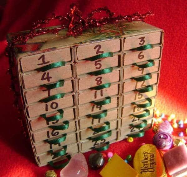 jak zrobić kalendarz adwentowy, kalendarz adwentowy zpudełek pozapałkach, kalendarz adwentowy zworeczków