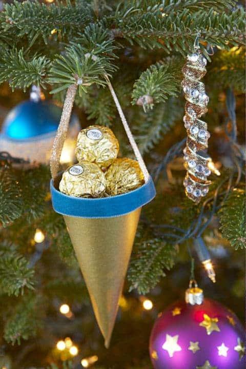świąteczne dekoracje, rożki zpapieru nachoinkę, jak zrobić papierowe stożki nachoinkę, dekoracje zpapieru, świąteczne rożki,